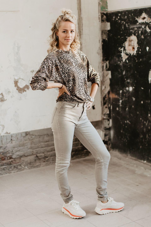 Lichtbeige skinny broek van Just Female met een tijgerlongsleeve en hi-tec schoenen
