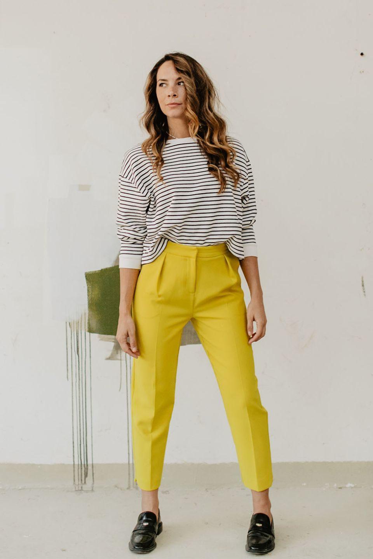 Model met strepentop van zara en een felgele topshop pantalon