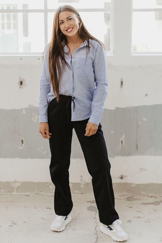 Licht blauwe blouse van Second Female met donkerblauwe uniqlo trainer en hi-tec sneakers