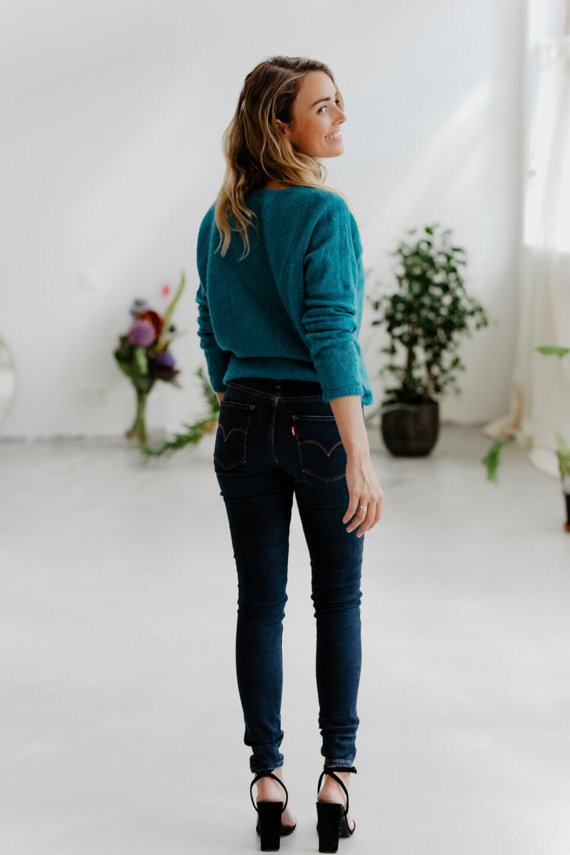 Meisje poseert in Levi's Jeans