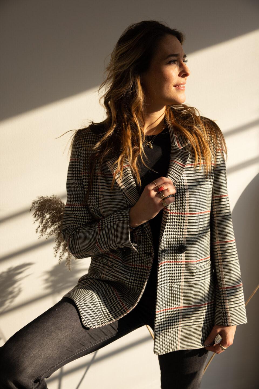 Meisje poseert in een blazertje in de zon