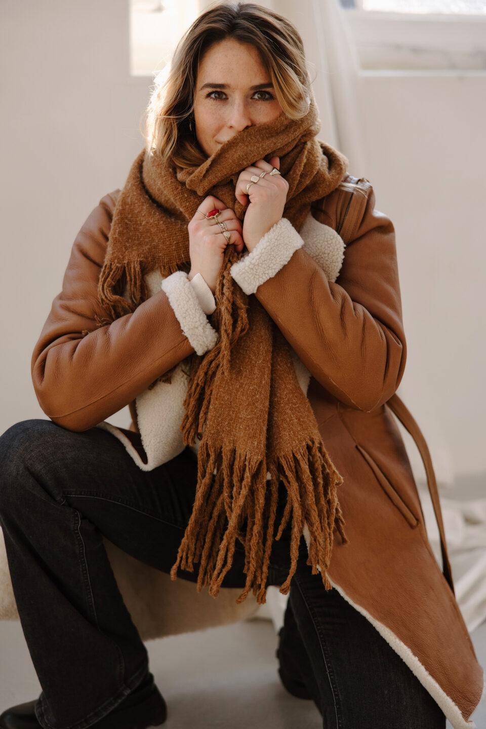 Meisje poseert in een lammy coat