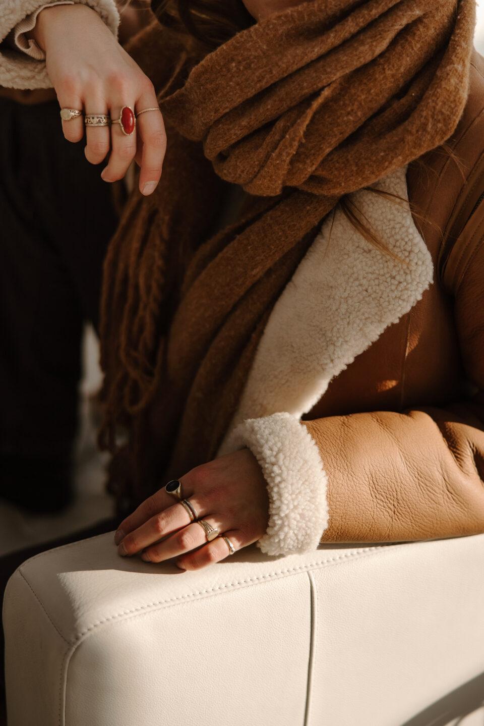 Meisje poseert in een bruin lammy coat met schapenwol