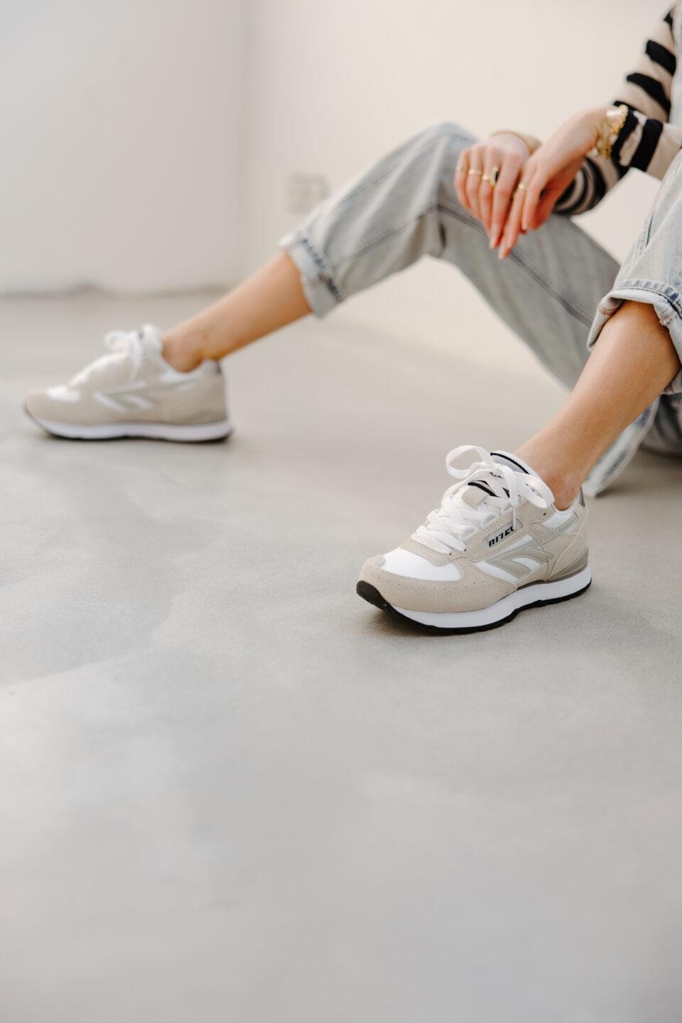 hi-tec sneakers op een betonvloer