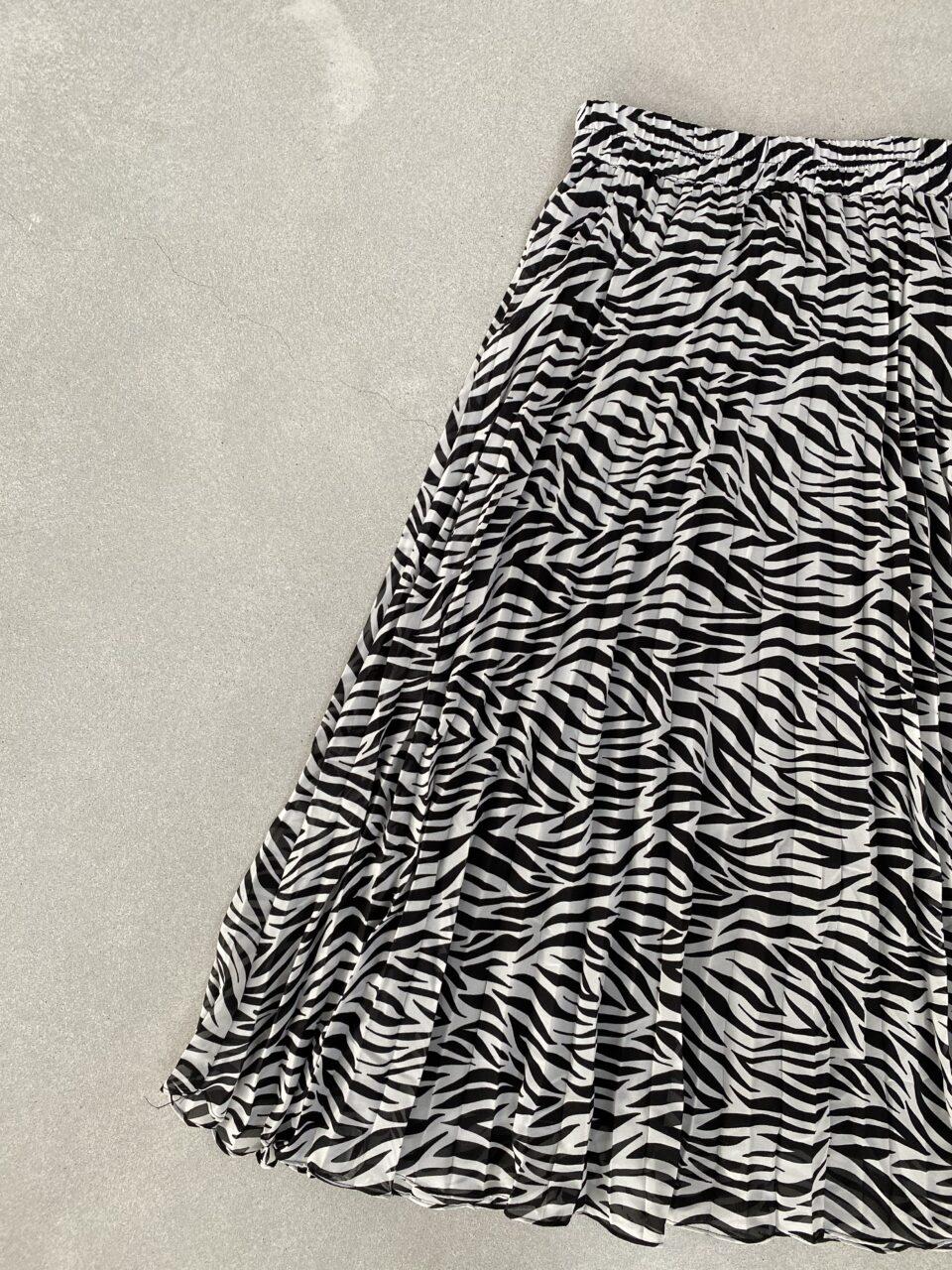 zebra print rok op betonvloer