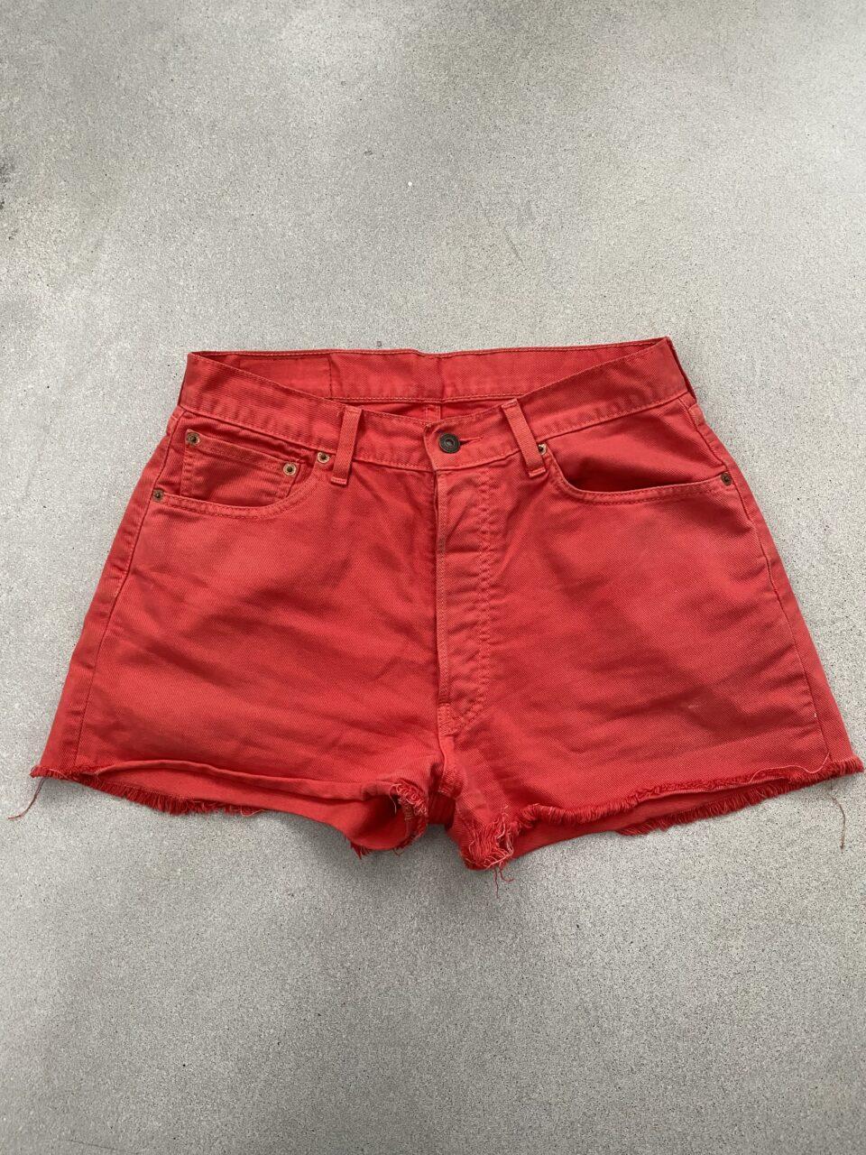 rode korte broek op betonvloer