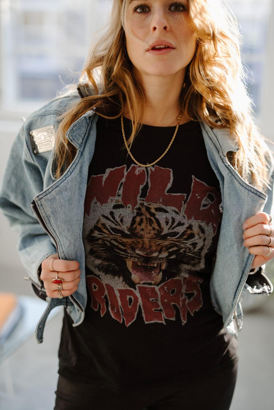 Meisje poseert met bikershirt