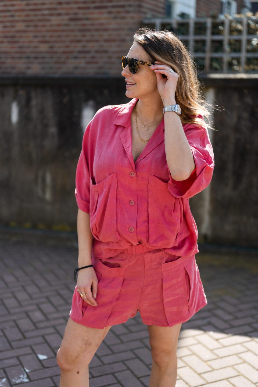 Meisje poseert in een Zara roze pakje