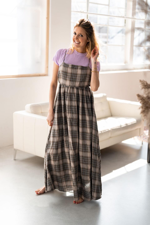Meisje poseert in een geruite jurk