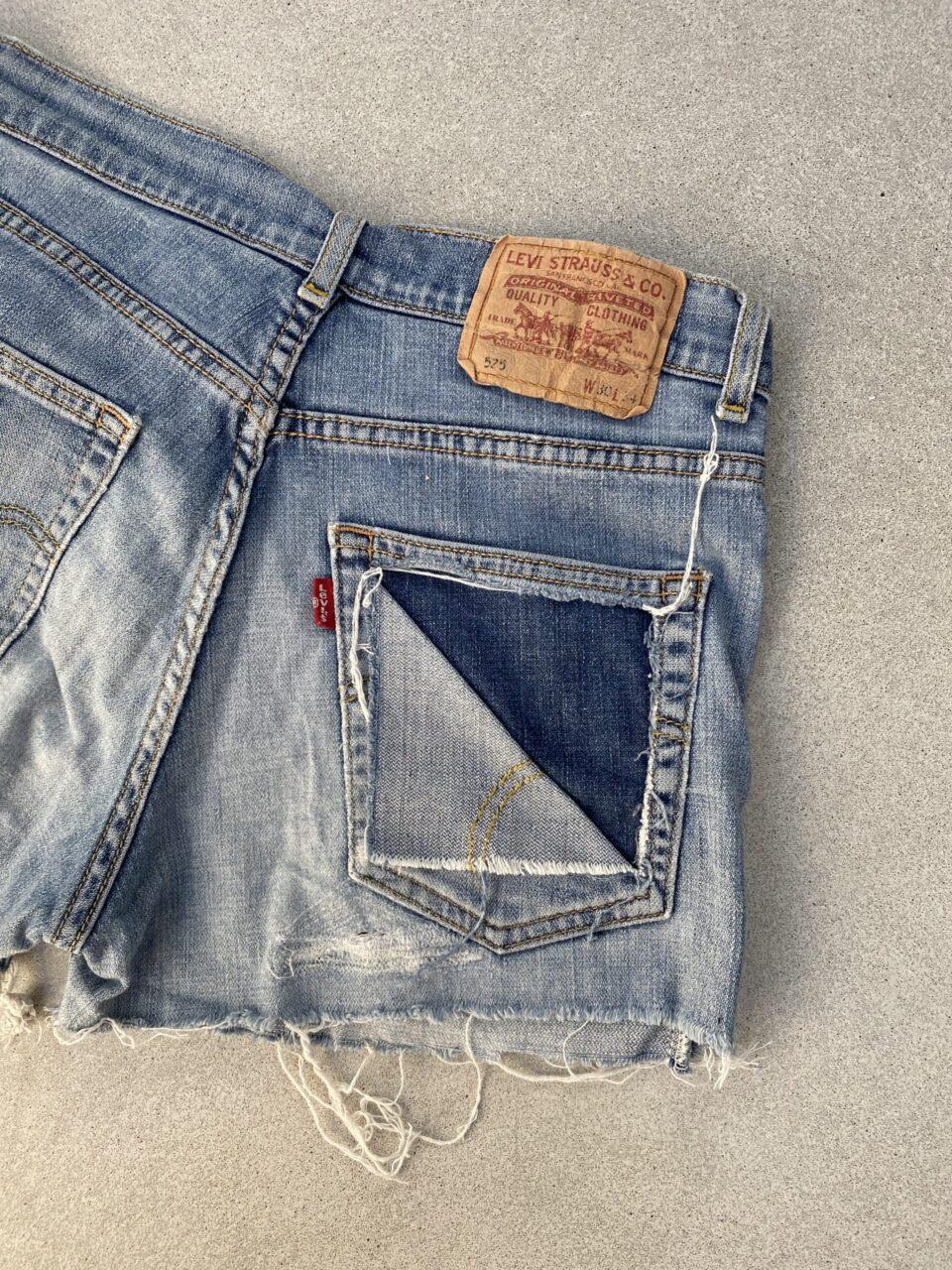 Levi's broekje met gescheurde zak