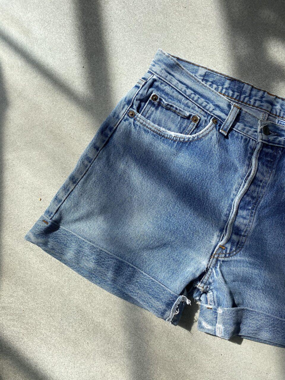 Levi's Shorts op een betonvloer
